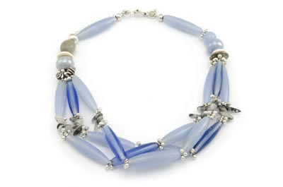 collier multirangs bleu