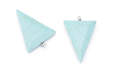 pendentif turquoise synthétique triangle facetté 24X32mm x1pce